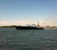 Yacht in navigazione con Venezia sullo sfondo