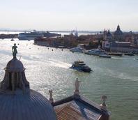 Aliscafo per la Croazia in canale della Giudecca e nave da crociera sullo sfondo
