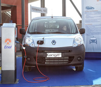 Una macchina elettrica in esposizione durante il Green Port