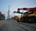 Mezzi all'opera per movimetare i container