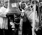 Il Patriarca di Venezia, Card. Giovanni Urbani, nella benedizione della campana