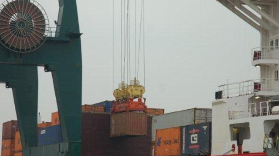 Prime imbarchi e sbarchi di container della nuova gru
