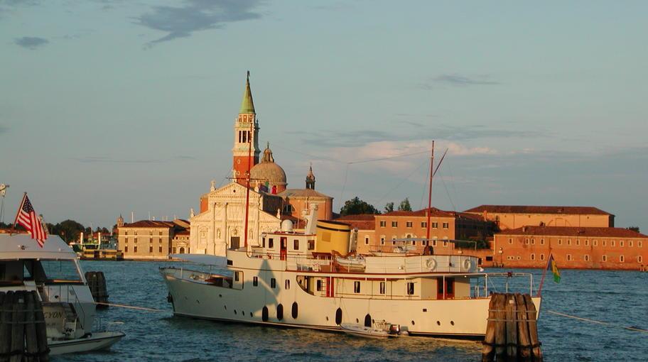 Yacht ormeggiati in bacino San Marco e San Giorgio sullo sfondo