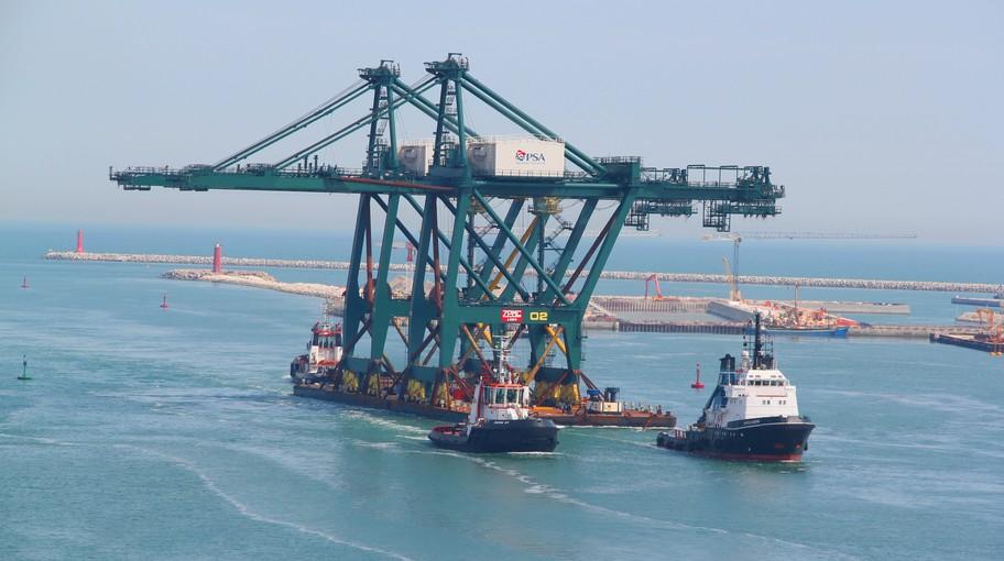 Le due gru sono arrivate a Venezia da Great Yarmouth (UK) su una chiatta trainat