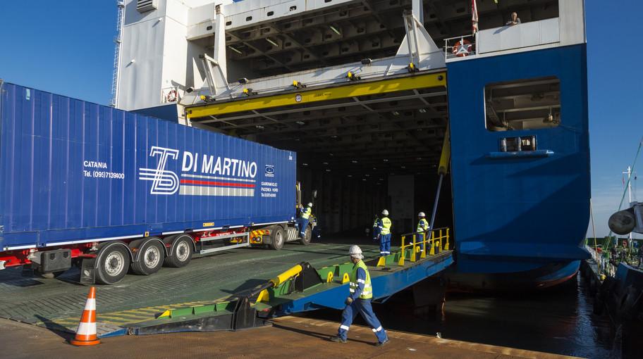Un camion si imbarca su un Ro-Ro