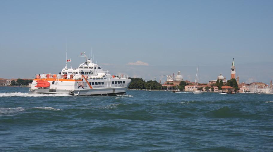Aliscafo proveniente dalla Croazia in arrivvo a Venezia
