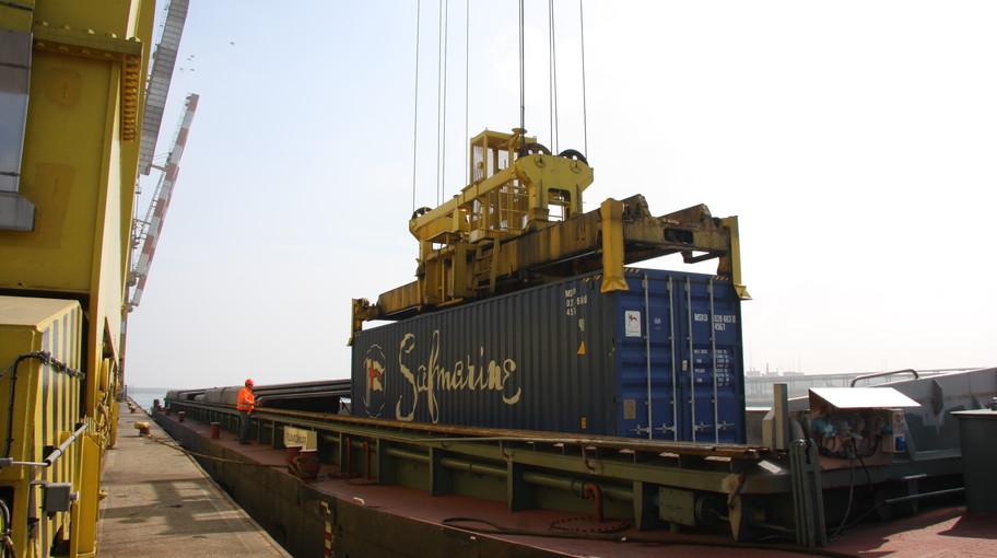 Un container viene caricato su una chiatta