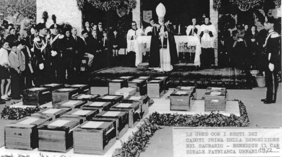 Urne con i resti dei caduti prima della deposizione nel Sacrario