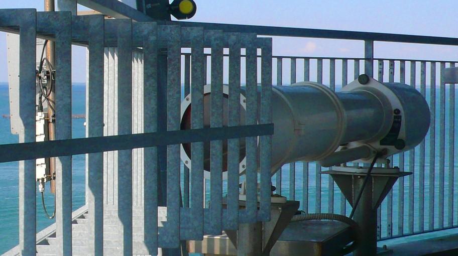 Il faro di allineamento indica la rotta corretta che una nave deve assumere.