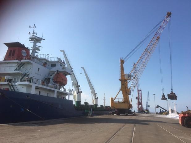 """La nave bulk carrier """"Rita Br"""" mentre scarica 9.000 tonnellate di sale"""