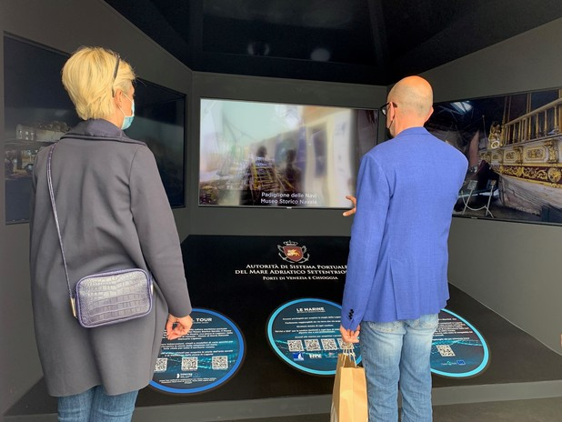 Visitatori allo stand del Salone Nautico
