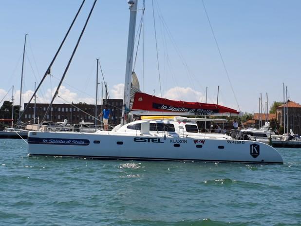 Foto del catamarano di Andrea Stella in navigazione di fronte all'isola della Ce