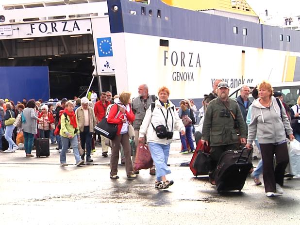 I passeggeri mentre sbarcano dalla nave