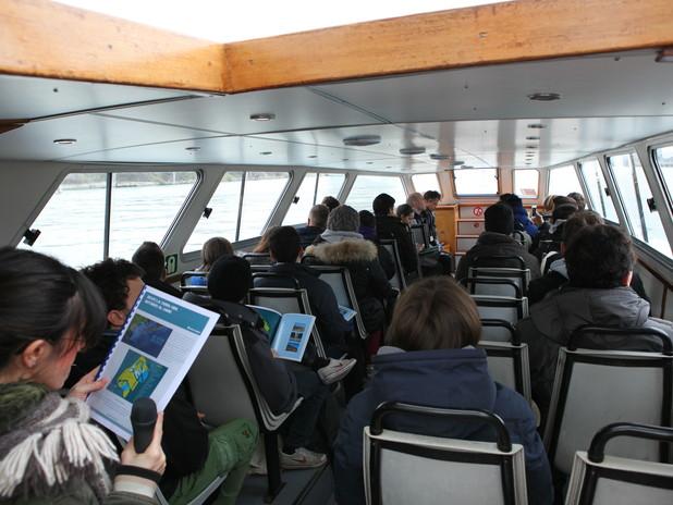 Immagine di una classe in visita al porto