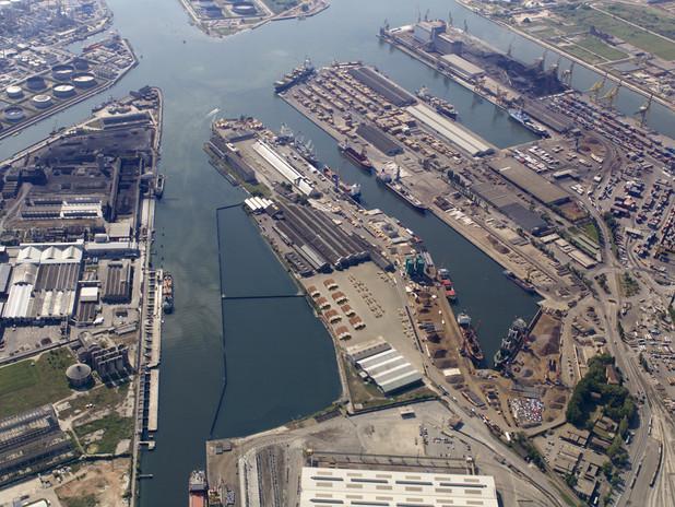 Immagine dall'alto di una parte del Porto commerciale a Marghera