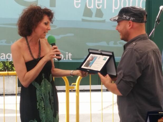 Federica Bosello dell'Autorità Portuale di Venezia consegna la targa a Manuel