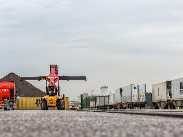 I container refrigerati vengono caricati sul treno