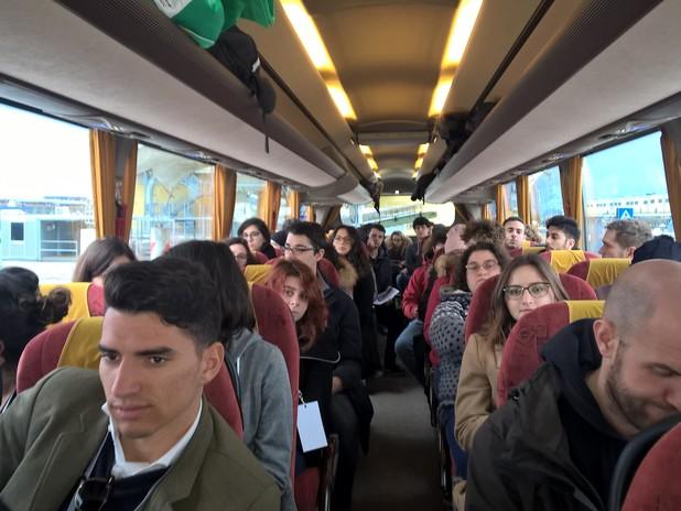 I ragazzi a bordo del bus per il tour di sostenibilità