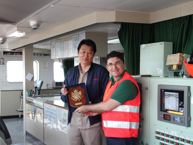Il Presidente Musolino consegna il crest a bordo della nave APL New jersey