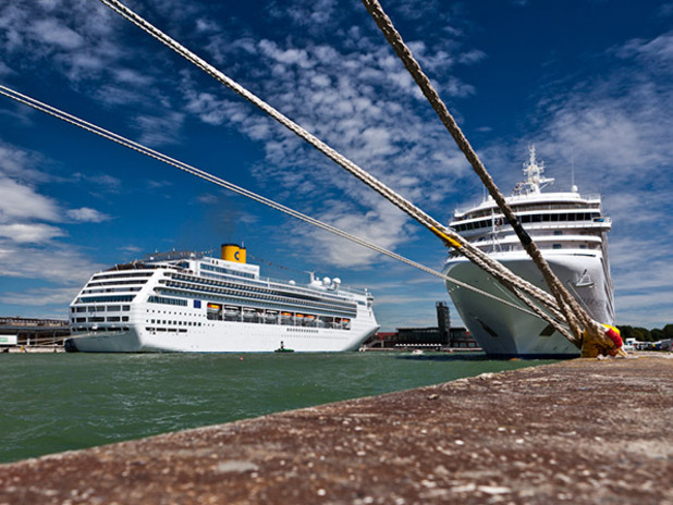 Cruiseships at the Port of Veniceq