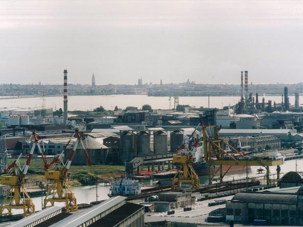 Il porto commerciale con Venezia in secondo piano