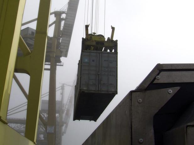 Operazione di carico di container su chiatta