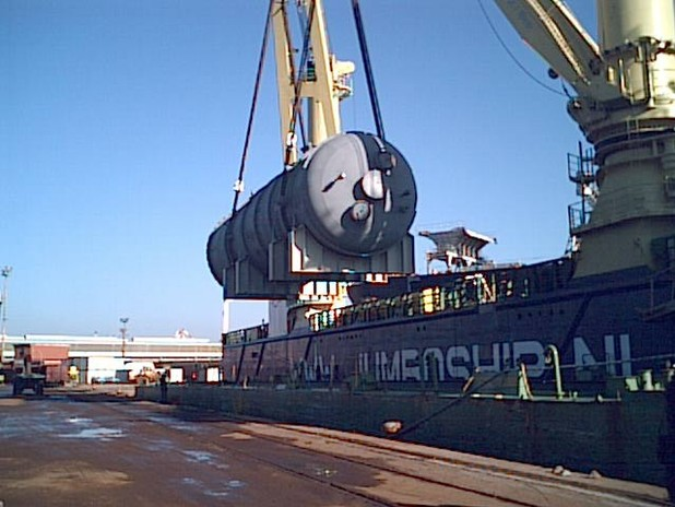 Operazione di imbarco di un carico eccezionale
