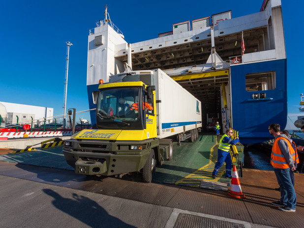 Trailer sbarcato da una nave Ro-RoVista dal ponte di una nave Ro-Ro