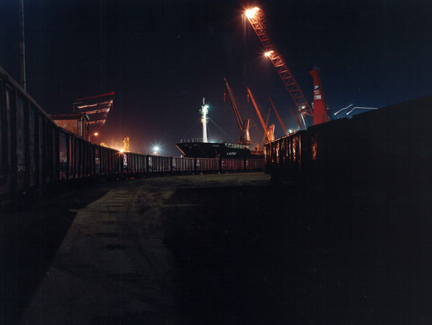 Carri ferroviari di notte nel terminal