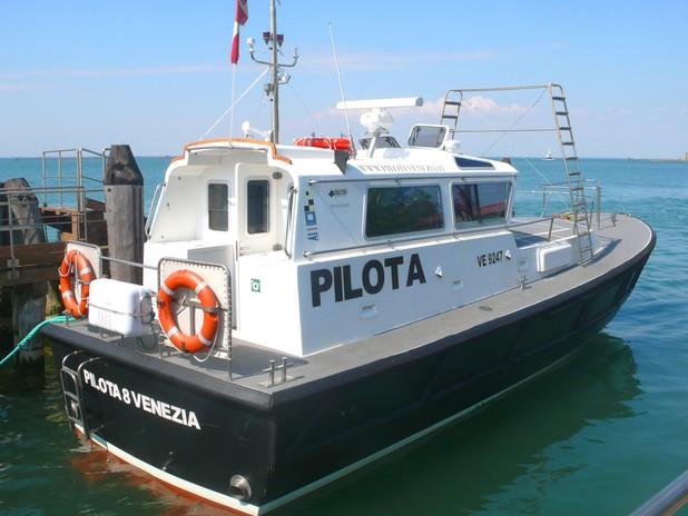 """I piloti, con le loro imbarcazione chiamate """"pilotine"""", salgono sulle navi"""