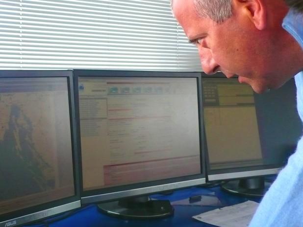 Il Pilota Marco Zilioli controlla sui sistemi AIS e VTS la posizione e la veloci