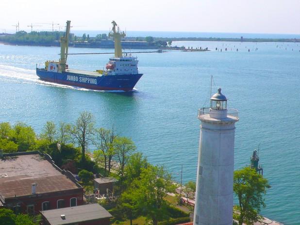 La Pilota Roberta Coppa conduce in porto la nave heavy-lift olandese su cui è da