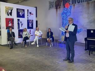 Immagine del Presidente Di Blasio che interviene alla conferenza stampa dei Port