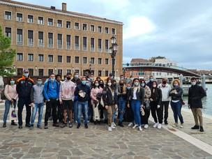 Foto di gruppo di una delle classi che ha partecipato alle visite guidate in por