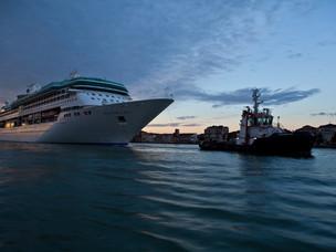 Una nave da crociera in arrivo a Venezia