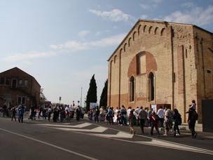 Su e Zo per i Ponti participants passing by Spazioporto, a congress hall in the