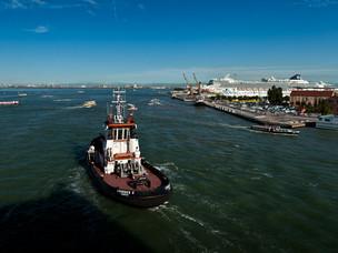 Un rimorchiatore a Venezia