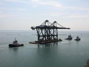 Tre rimorchiatori trainano il pontone con le gru