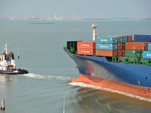 Una nave in arrivo a Venezia