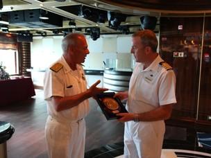 Scambio della targa con l'Ammiraglio Piattelli