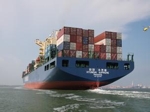 Una nave porta container oceanica entra nel Porto di Venezia